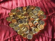 Monedas euro, unión europea sobre fondo rojo del terciopelo Fotografía de archivo