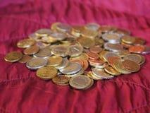 Monedas euro, unión europea sobre fondo rojo del terciopelo Foto de archivo libre de regalías
