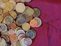 Monedas euro, unión europea sobre fondo rojo del terciopelo Imágenes de archivo libres de regalías