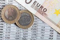 Monedas euro y resultados de la bolsa  Imágenes de archivo libres de regalías