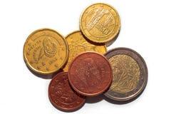 Monedas europeas de diversas denominaciones aisladas en un fondo blanco Porciones de monedas del centavo euro Fotos macras de mon Foto de archivo libre de regalías