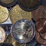 Monedas europeas que mienten en un creditcard imagen de archivo