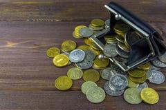 Monedas flojas en una tabla de madera Carpeta por completo de monedas Monedas rusas - rublos imagenes de archivo