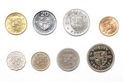 Monedas ghanesas en un fondo blanco