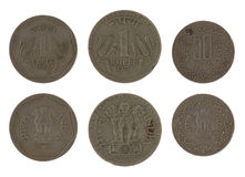 Monedas indias aisladas en blanco Foto de archivo