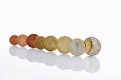 Monedas irlandesas y euro en el fondo blanco Imagen de archivo