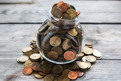 Monedas llenas en botella Imagenes de archivo