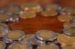 Monedas mexicanas en una ronda en una tabla de madera imágenes de archivo libres de regalías
