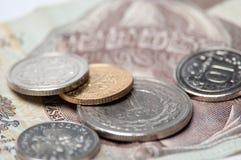 Monedas polacas y batería aisladas en el fondo blanco Fotos de archivo
