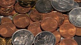 Monedas presentadas en un cuarto oscuro Cierre para arriba almacen de video