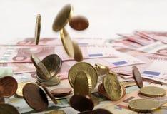 Monedas que caen imagen de archivo