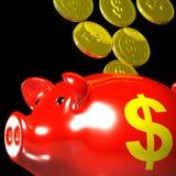 Monedas que entran en Piggybank que muestra ahorros americanos Fotos de archivo