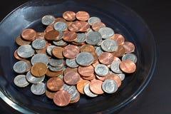 Monedas, recogiendo extremidades Fotografía de archivo libre de regalías