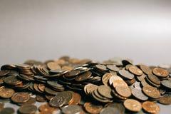 Monedas rusas del dinero en el fondo gris, espacio de la copia foto de archivo