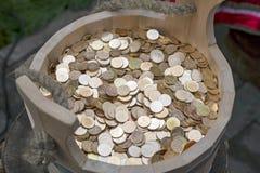 Monedas rusas en un cubo de madera Imagen de archivo libre de regalías