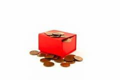 Monedas rusas en una caja roja aislante Imagenes de archivo