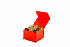 Monedas rusas en una caja roja aislante Imágenes de archivo libres de regalías