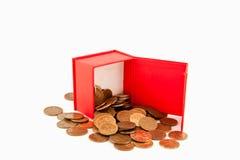 Monedas rusas en una caja roja aislante Imagen de archivo libre de regalías