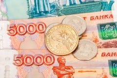 Monedas rusas y americanas sobre billetes de banco Imagen de archivo libre de regalías