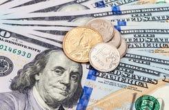 Monedas rusas y americanas sobre billetes de banco de los dólares Imágenes de archivo libres de regalías