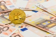 Monedas simbólicas del bitcoin en fondo del euro de los billetes de banco 50 Imagenes de archivo