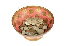 Monedas soviéticas viejas en el florero de bronce Imagen de archivo libre de regalías