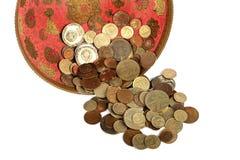 Monedas soviéticas viejas en el florero de bronce Imagenes de archivo
