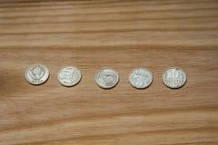 Monedas soviéticas viejas en un fondo de madera Fotografía de archivo