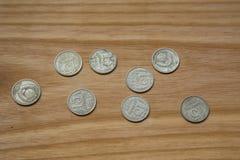 Monedas soviéticas viejas en un fondo de madera Fotos de archivo