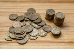 Monedas soviéticas viejas en un fondo de madera Foto de archivo