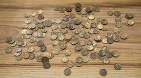 Monedas soviéticas viejas en un fondo de madera Foto de archivo libre de regalías
