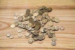 Monedas soviéticas viejas en un fondo de madera Fotografía de archivo libre de regalías