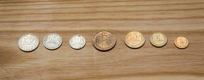 Monedas soviéticas viejas en un fondo de madera Imagen de archivo libre de regalías