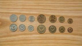 Monedas soviéticas viejas en un fondo de madera Imagen de archivo