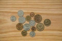 Monedas soviéticas viejas en un fondo de madera Fotos de archivo libres de regalías