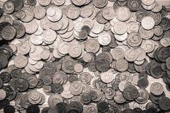 Monedas soviéticas viejas en un fondo de madera - retrete monocromático del vintage Imágenes de archivo libres de regalías