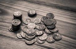 Monedas soviéticas viejas en un fondo de madera - retrete monocromático del vintage Fotografía de archivo libre de regalías