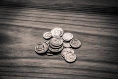 Monedas soviéticas viejas en un fondo de madera - retrete monocromático del vintage Fotos de archivo libres de regalías