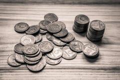 Monedas soviéticas viejas en un fondo de madera - retrete monocromático del vintage Imagenes de archivo