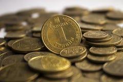 Monedas ucranianas, muchas dinero - hryvnia y un penique, fondo foto de archivo