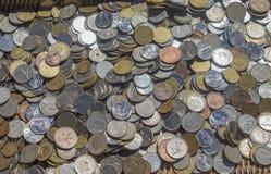 Monedas viejas de los países diferentes - primer fotografía de archivo