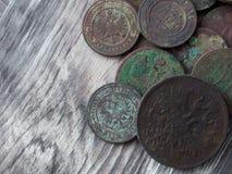 Monedas viejas en fondo de madera Imagen de archivo