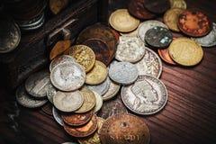 Monedas viejas en pecho Fotos de archivo libres de regalías