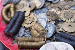 Monedas viejas para la venta en el viejo cuarto de Hanoi Fotos de archivo