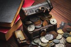 Monedas viejas y viejo objeto Imágenes de archivo libres de regalías