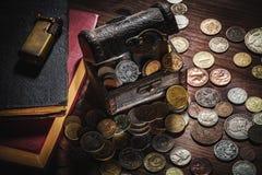 Monedas viejas y viejo objeto Fotos de archivo