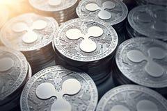 Monedas XRP de la ondulación en primer borroso con la llamarada del sol stock de ilustración
