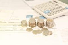 Monedas y ahorro de la cuenta para Fotos de archivo