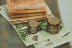 Monedas y billetes imagen de archivo libre de regalías