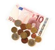 Monedas y billetes de banco de los euros del efectivo en blanco Fotos de archivo libres de regalías
